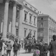 Fotografía antigua: CONGRESO DE LOS DIPUTADOS. LLEGADA DE LA CARROZA REAL Y MUCHA EXPECTACIÓN. MADRID. CIRCA 1920. Lote 19620574