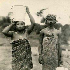 Fotografía antigua: DOS JÓVENES AFRICANAS. ATUENDOS NATIVOS. PRECIOSA FOTO. GUINEA ECUATORIAL. CA. 1940. Lote 26505521
