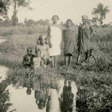 Fotografía antigua: NUEVA GUINEA. GRUPO DE GUINEANAS Y SU REFLEJO EN UN RÍO. PRECIOSA FOTO. CA. 1940. Lote 25921165