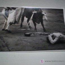 Fotografía antigua: LOTE 2 FOTOS TOROS COGIDA DE FRASQUITO DE TOLEDO EN BILBAO 1948 FOTOGRAFO CEDRON. Lote 26640194