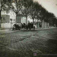 Fotografía antigua: BARCELONA. GRAN AVENIDA Y COCHE DE CABALLOS CON CONDUCTOR. CIRCA 1915.. Lote 25652817