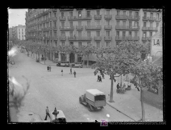 Fotografía antigua: Barcelona. Eixample cruce de calles. Taxis y camión. Circa 1935 - Foto 3 - 19487092