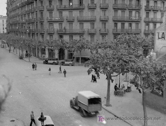 BARCELONA. EIXAMPLE CRUCE DE CALLES. TAXIS Y CAMIÓN. CIRCA 1935 (Fotografía Antigua - Gelatinobromuro)