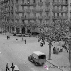 Fotografía antigua: BARCELONA. EIXAMPLE CRUCE DE CALLES. TAXIS Y CAMIÓN. CIRCA 1935. Lote 19487092