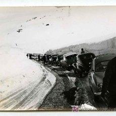 Fotografia antiga: PIRINEO CATALÁN. INTERESANTE IMAGEN: CARAVANA DE COCHES PARADOS EN LA NIEVE. AÑOS 60.. Lote 21758080