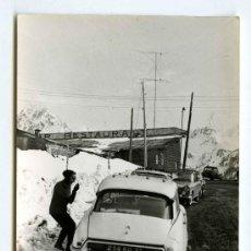 Fotografia antiga: PIRINEO CATALÁN. INTERESANTE IMAGEN: PERSONA, NIEVE, COCHE, MONTAÑAS. AÑOS 60.. Lote 19174367