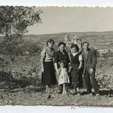 Fotografía antigua: POBLET. TARRAGONA. GRUPO FAMILIAR Y EL MONASTERIO DE FONDO. 10/1954. Lote 16130293