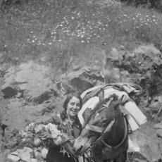Fotografía antigua: CABALLO Y JOVEN CON RAMO DE FLORES. CURIOSA IMAGEN. CIRCA 1930. Lote 15823298