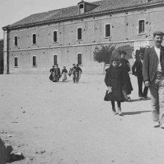 Fotografía antigua: CUARTEL DE CABALLERIA. GRUPO DE PERSONAS PASEANDO A PLENO SOL. CIRCA 1900. Lote 25515560