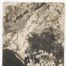 Fotografía antigua: GRUPO DE EXCURSION EN DESFILADERO COMBATE BOXEO ANGEL REBOLLAR. ASTURIAS. AÑOS 30. Lote 26697616