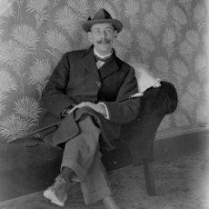 Fotografía antigua: CABALLERO CON BIGOTE. INTERESANTE RETRATO DE SEÑOR EN UN INTERIOR. CIRCA 1915. Lote 24663615