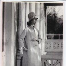 Fotografía antigua: MODA, MODELO PARA VOGUE. FOTO DE ALFREDO DE MOLLI, 1960. 18X24 CM.. Lote 18854511