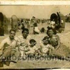 Fotografía antigua: FOTOGRAFÍA ANTIGUA. FAMILIA EN LA PLAYA DE CÁDIZ. Lote 26644322