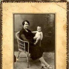 Fotografía antigua: FOTOGRAFÍA ANTIGUA. MUJER CON NIÑO. FOTO J. GARCIA, MORÓN. Lote 27224451