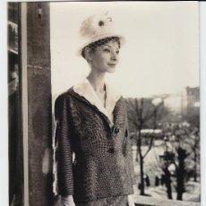 Fotografía antigua: MODA, MODELO PARA VOGUE, FOTO: G. DAMBIER, 1960. 18X24 CM. Lote 23998467