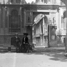 Fotografía antigua: PAREJA DESCANSANDO EN UN BANCO DE L PASEO DE GRACIA. BARCELONA. CIRCA 1920. Lote 20766345