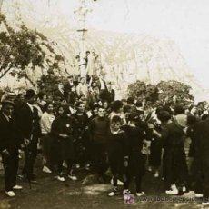 Fotografía antigua: MONTSERRAT. MONTAÑA Y GRUPO DE PERSONAS BAILANDO SARDANAS. BONITA IMAGEN. CIRCA 1915. Lote 25570133
