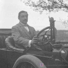 Fotografía antigua: CABALLERO AL VOLANTE. FANTÁSTICA FOTO DE CONDUCTOR EN SU AUTOMÓVIL. CIRCA 1910. Lote 26084944
