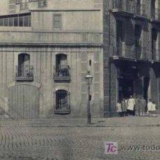 Fotografía antigua: GRUPO DE PERSONAS EN EL EXTERIOR DE UNA TIENDA. BARCELONA. CIRCA 1910. Lote 20183718