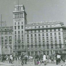 Fotografía antigua: PLAZA CATALUÑA. BANESTO. PALOMAS Y GENTÍO. BARCELONA. CIRCA 1960. Lote 20319284