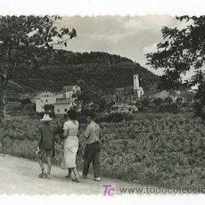 Fotografía antigua: BARCELONA. VACARISSES. FAMILIA PASEANDO Y DE FONDO EL PEQUEÑO PUEBLO. 7/1957. Lote 20655667