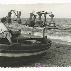 Fotografía antigua: BADALONA. ENCANTADORA FOTO DE SEÑOR SUBIDO EN UNA BARCA Y OBSERVANDO EL MAR. PLAYA. 8/8/1957. Lote 25243993