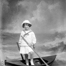Fotografía antigua: NIÑA CON BARCA Y REMOS. FONDO DE MAR. PRECIOSA FOTO. CIRCA 1910. SIN AUTORÍA. Lote 23286478