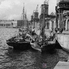 Fotografía antigua: PUERTO DE BARCELONA. BARCAS DE PESCADORES. EDIFICIO DEL ACTUAL MUSEO DE HISTORIA. CIRCA 1930. Lote 25943893