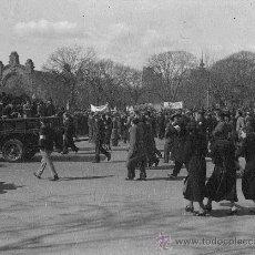 Fotografía antigua: PARC DE LA CIUTADELLA. BARCELONA. MANIFESTACIÓN ANTE LA ESTATUA DEL GENERAL PRIM. CIRCA 1930. Lote 27465641