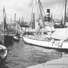 Fotografía antigua: IMPRESIONANTE FOTO DE BARCOS MERCANTES, VELEROS Y PAQUEBOTES. PALAU DE MAR. BARCELONA. CIRCA 1930. Lote 26898108