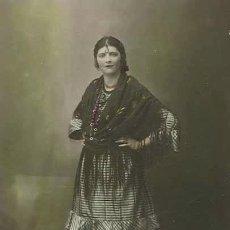 Fotografía antigua: JOVEN ATAVIADA CON MANTÓN DE MANILA. BARCELONA. AÑOS 20. F: AMADEO. Lote 26311216