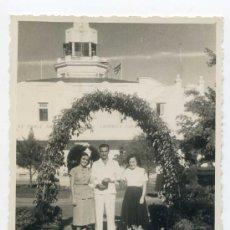 Fotografía antigua: EMIGRANTES ESPAÑOLES EN AEROPUERTO DE LA HABANA CUBA, AÑOS 50. DOS FOTOS. 11 X 8 CMS.. Lote 25312061