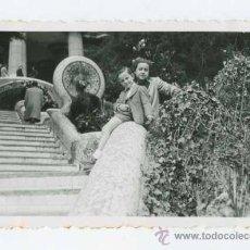 Fotografía antigua: PARC GÜELL. PARQUE GUELL. BARCELONA. NIÑOS Y FUENTE. 4/1944. Lote 25948704