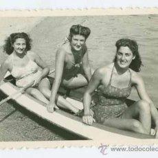Fotografía antigua: TRES BELLEZAS EN EL MAR. BONITA FOTOGRAFIA DE 3 MUJERES EN UNA PIRAGUA. AÑOS 40. COSTA DE BLANES.. Lote 26059517