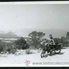 Fotografía antigua: MOTOCICLISMO. SEÑORA CON UNA MOTO. C.1955. Lote 26729564