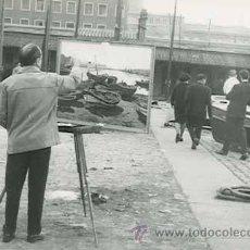 Fotografía antigua: PINTOR. PUERTO DE BARCELONA. SEÑOR PINTANDO UNA MARINA. 2/5/1965. Lote 26793045