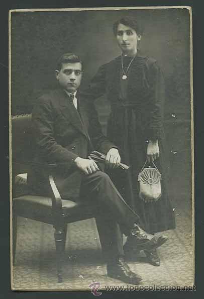 RETRATO DE JOVEN Y TRISTE PAREJA. BONITA FOTOGRAFIA DE ESTUDIO. CIRCA 1910. FOT. ROVIRA. BARCELONA (Fotografía Antigua - Gelatinobromuro)