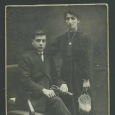 Fotografía antigua: RETRATO DE JOVEN Y TRISTE PAREJA. BONITA FOTOGRAFIA DE ESTUDIO. CIRCA 1910. FOT. ROVIRA. BARCELONA. Lote 27100935