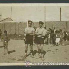 Fotografía antigua: FÚTBOL. CURIOSA FOTOGRAFIA DE DOS JUGADORES CON ANTIGUA INDUMENTARIA, EN CAMPO RURAL. AÑOS 50.. Lote 27131676