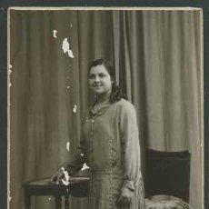 Fotografía antigua: RETRATO DE MUCHACHA . FOTO EST. BUSQUETS. GRANOLLERS CIRCA 1915. CURIOSO ATREZZO.. Lote 27268449