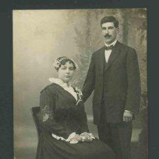 Fotografía antigua: MODERNISMO. SOLEMNE RETRATO DE BODA. PRECIOSO VESTIDO DE NOVIA FOT. E. PUIG. BARCELONA . CIRCA 1910.. Lote 27481549
