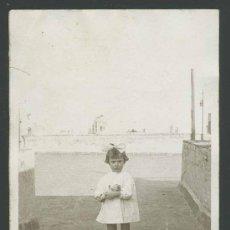 Fotografía antigua: UN ENCANTO DE NIÑA EN LA AZOTEA, TÍPICA FOTO DE FAMILIA DE BARCELONA. CIRCA 1930.. Lote 27692726