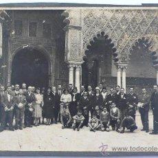 Fotografía antigua: RETRATO DE GRUPO EN EL ALCÁZAR DE SEVILLA, 16X23 CM. 1930'S.. Lote 27745951