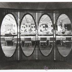 Fotografía antigua: INTERIOR DEL PUB RENAULT, FOTO:FRANCESC CATALÀ ROCA, AÑO 1970. 29,5X23,5 CM.. Lote 27942164
