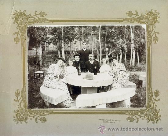 GRUPO FAMILIAR EN MERENDERO. PRUDENCIO BLANCO FOTOGRAFO. SIGLO XIX (Fotografía Antigua - Gelatinobromuro)