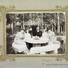Fotografía antigua: GRUPO FAMILIAR EN MERENDERO. PRUDENCIO BLANCO FOTOGRAFO. SIGLO XIX. Lote 28014038