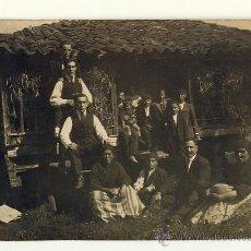 Fotografía antigua: GRUPO EN UN HORREO JUNTO A CAMPESINAS CON TRAJE TRADICIONAL DEL PAIS. 1920. Lote 28014625