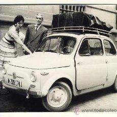 Fotografía antigua: LOS SERVIDORES DE LA REINA FABIOLA LLEGAN A MADRID EN UN AUTOMOVIL SEAT 600. FIAT 500. AÑOS 50. Lote 28014683