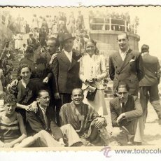 Fotografía antigua: GRUPO DE GENTE DELANTE DE LA ESCALERONA PLAYA GIJON ASTURIAS AÑOS 40. Lote 28015100