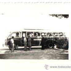 Fotografía antigua: FOTO ANTIGUO AUTOCAR DE LINEA, MANZANARES APRES LE DEJENUER DEPART MADRID. AÑO 1952. Lote 28189940